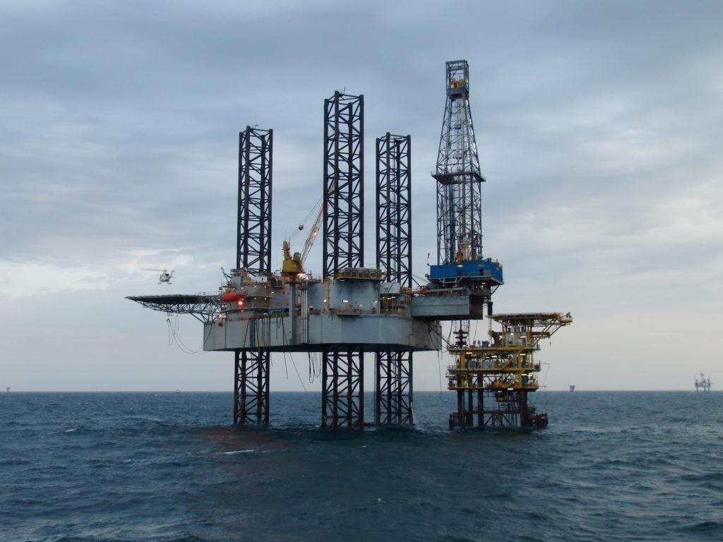 offshore-platform-canstockphoto4437238
